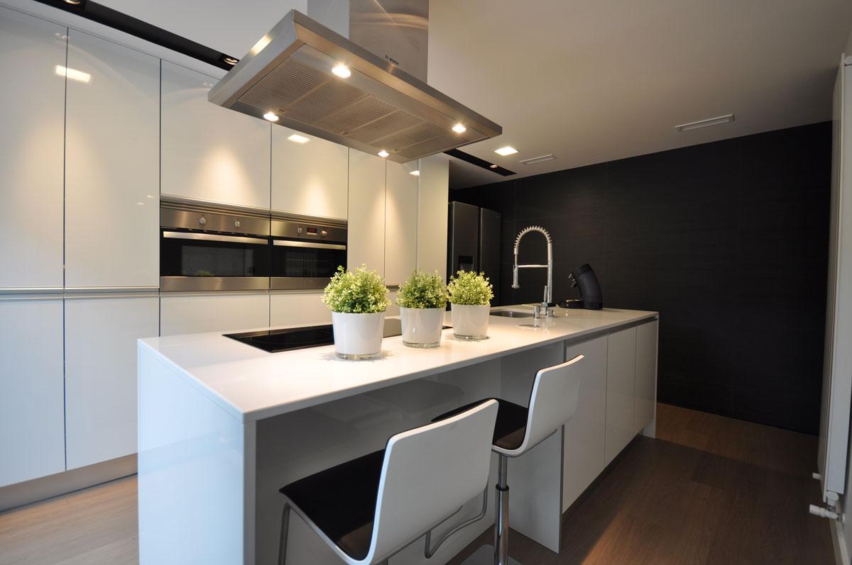 Espacios de cocina dise ados por estudio arinni estudio - Muebles de cocina con isla central ...